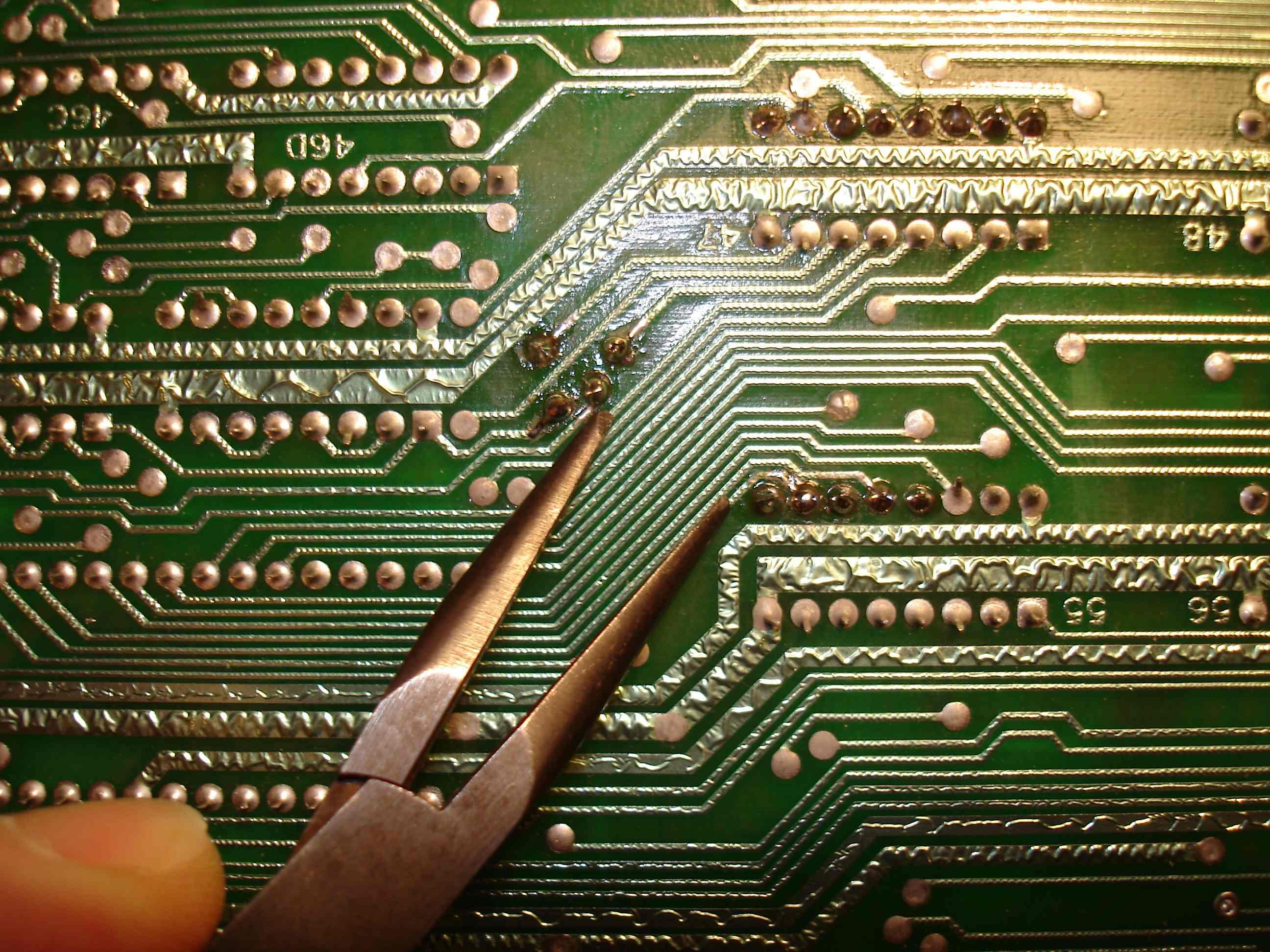 Bricolage : il soude à la main les 15000 transistors de son macroprocesseur