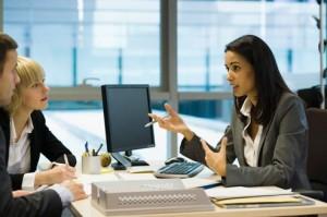 Femme cadre discutant avec des collègues